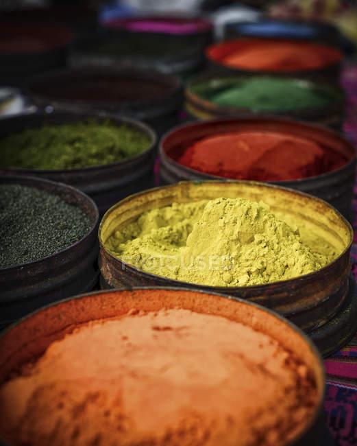 Tintes naturales de varios colores tela en el mercado de Pisac, Cusco, Perú - foto de stock