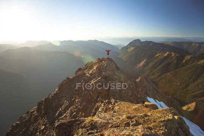 Vue éloignée d'un alpiniste debout sur le sommet du pic de Tomyhoi — Photo de stock