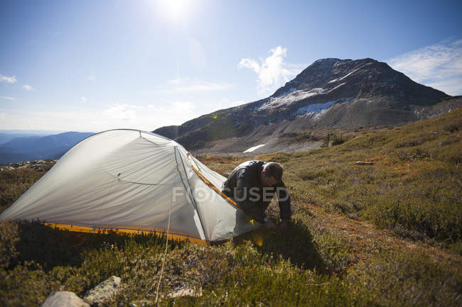 A Climber Sets Up His Tent Below Jim Kelly Peak In Illal Meadows — Stock Photo