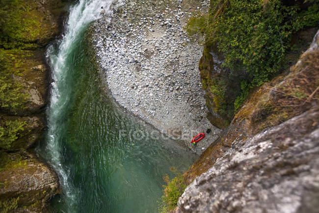 Далеких подання Packrafter вздовж Chehalis річки, Британська Колумбія, Канада — стокове фото