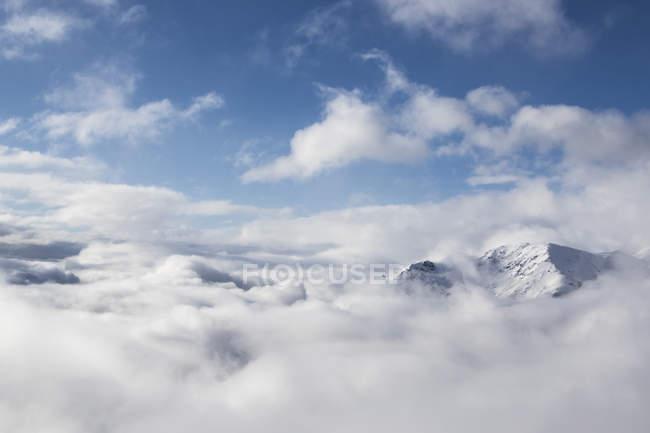 Höhepunkt schneebedeckte der Berg über Wolken In Bariloche, Argentinien, Usa — Stockfoto