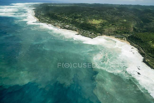 Величезний surf, викликаючи масовий пісок ерозії на північному березі острова Оаху на Гавайських островах — стокове фото