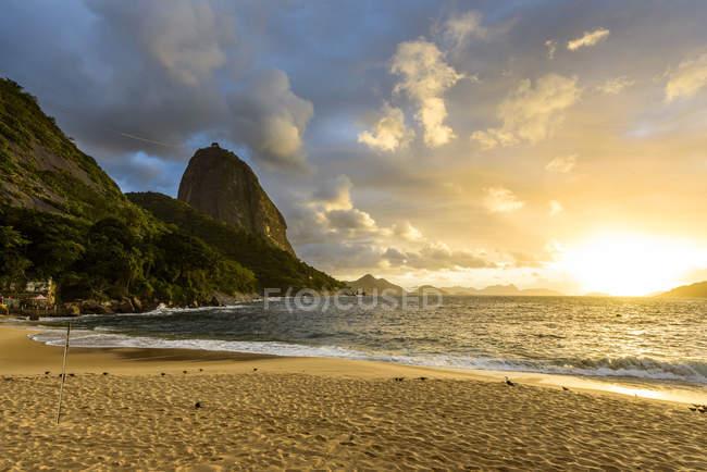 Praia Vermelha praia localizado ao lado do pão de açúcar, Urca — Fotografia de Stock