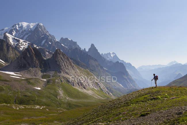 Männliche Wanderer Val Veny, in der Nähe von Courmayeur, mit Mont Blanc dominiert die Skyline Blick — Stockfoto