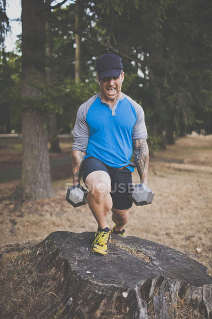Mountain Athlete Doing Strength Training With Dumbbells — Stock Photo