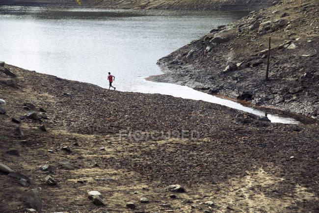 Mann läuft am Ufer des Sees von Santa Fe — Stockfoto