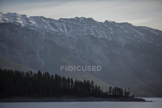 Belo cenário natural com montanhas, florestas e o Lago Minnewanka no Parque Nacional de Banff, Alberta, Canadá — Fotografia de Stock