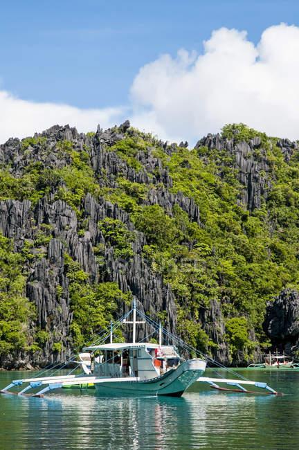 Човен Touring тропічні острови El Nido на Філіппінах — стокове фото
