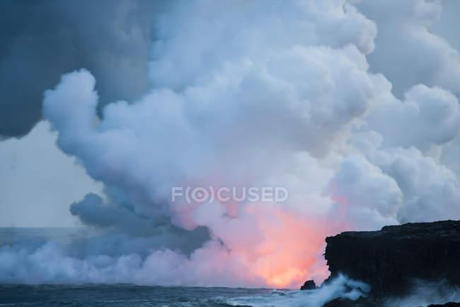 Éruption volcanique sur l'océan avec beaucoup de fumée qui s'échappait — Photo de stock