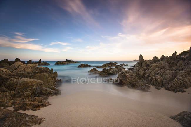 Vista de playa idílica pintoresca y el cielo - foto de stock