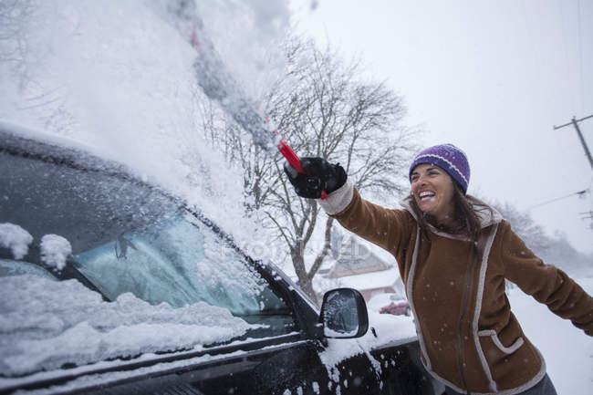 Frau hatte Spaß und Räumfahrzeug nach Schneefall — Stockfoto
