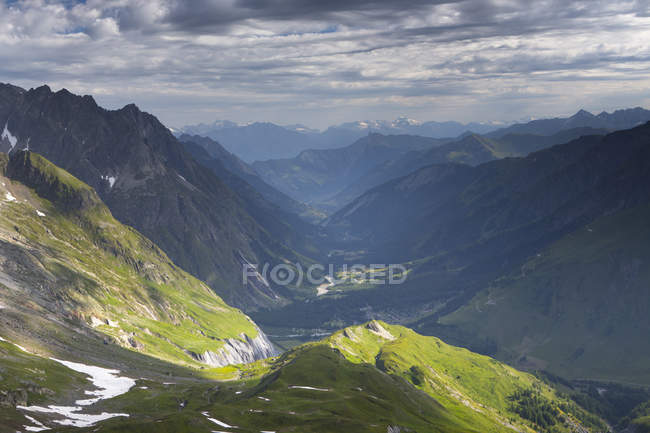 View over Swiss Val Ferret to village of Fouly, border of Italy and Switzerland — Stock Photo
