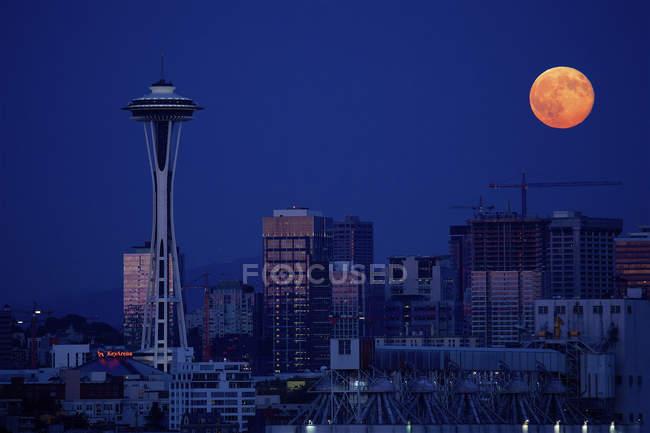 Сіетл місто вночі із supermoon, штату Вашингтон, США — стокове фото