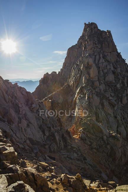 Lumière du soleil qui brille au soleil Peak Mountain — Photo de stock