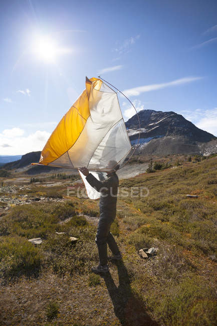 A Hiker Shakes Out His Tent Below Jim Kelly Peak In Illal Meadows — Stock Photo