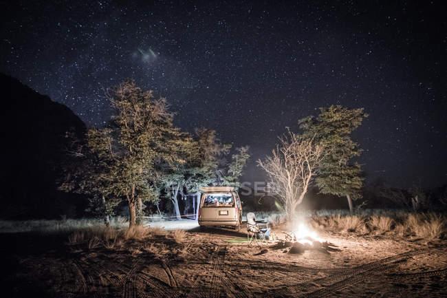 Отдаленное представление о идеальной кемпинг под открытым небом в ночное время — стоковое фото