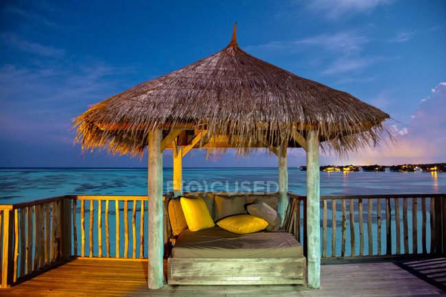Лавки з подушки під стріхою в туристичний курорт на острові Гілі Ланканфуші — стокове фото