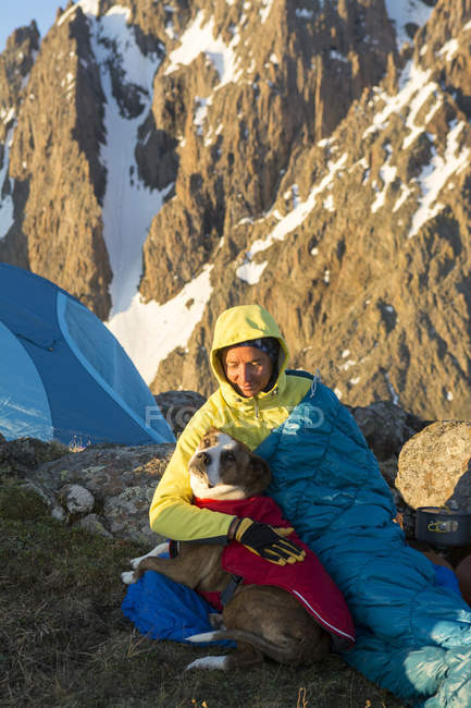 A Woman And Her Dog Camping On Blaine Peak Below Mount Sneffels — Stock Photo