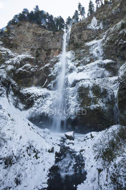 Eisige Wasserfälle über Multnomah Falls während des Winters in der Columbia River Gorge — Stockfoto