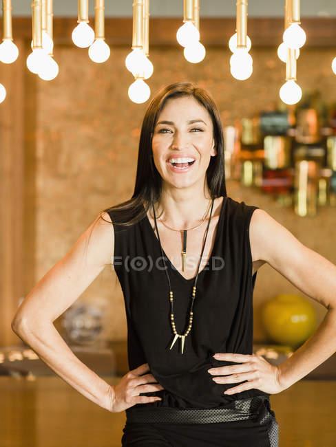 Красивая молодая леди испаноязычные стоит, обе руки на бедра — стоковое фото