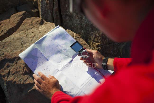 Un escursionista utilizza una mappa di carta e bussola per navigare nella catena montuosa Nord Cascade — Foto stock
