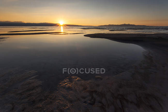 Die Sonne verschwindet hinter den Bergen über The Great Salt Lake — Stockfoto