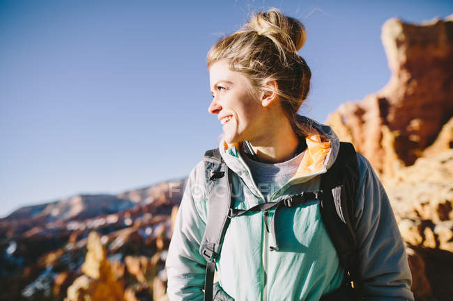 A young woman smiling as she hiking in the desert of Southern Utah. — Stock Photo