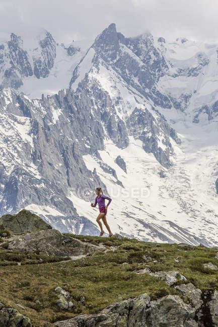 Sentier de fille courir à Chamonix Chesery lac — Photo de stock