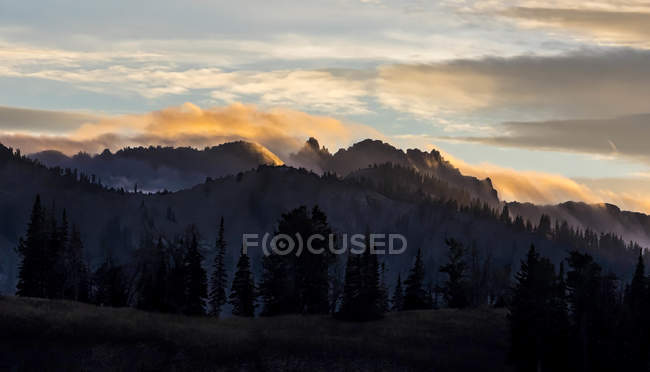 Overlooking view of Mount Timpanogos Surrounded By Clouds During Sunset — Stock Photo