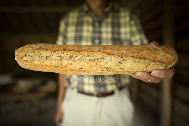 Mann mit Laib frischem Brot, Frankreich — Stockfoto