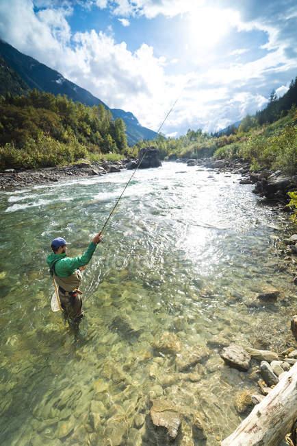 Людина літати риб у чистій воді Revelstoke, Британська Колумбія, Канада. — стокове фото