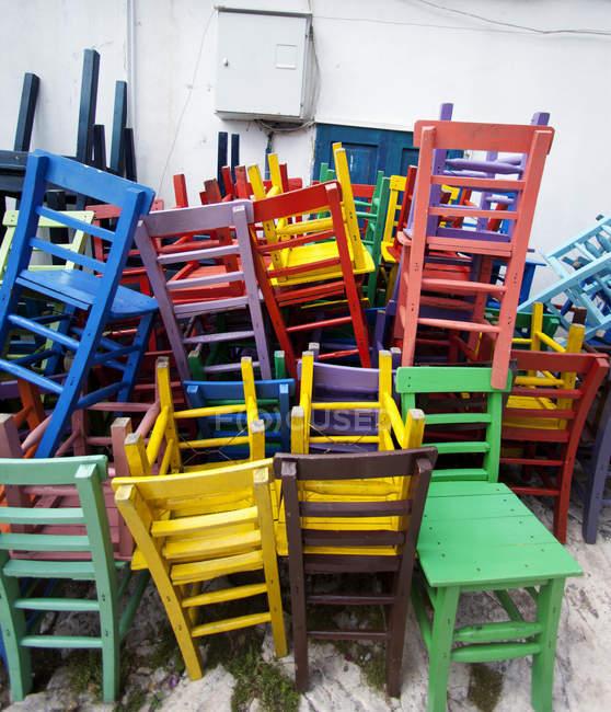 Angeordnet, farbige hölzerne Stühle draußen, Antalya, Türkei ...