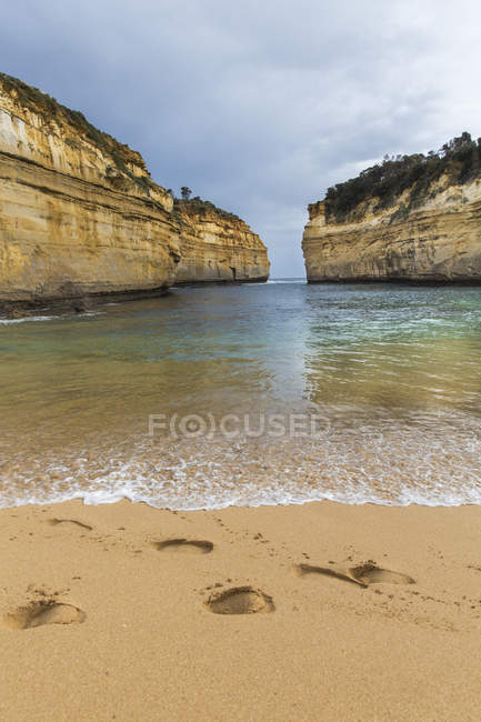 Сэнди следы на берегу океана в Великий океан дорога, Виктория, Австралия — стоковое фото
