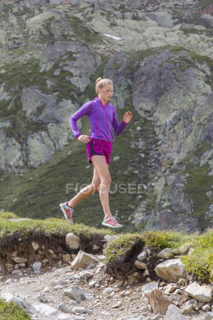 Sentier de fille en cours d'exécution à Chamonix sur dernière randonnée vers le haut de la concurrence de l'Utmb — Photo de stock