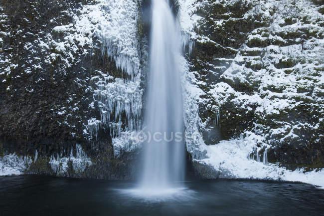 Eiskalte Wasser des Horestail Creek — Stockfoto