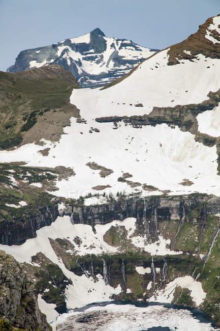 Водопады каскадом в скрытый озеро с Маунт Браун растет в фоновом режиме. Национальный парк Глейшер, Монтана — стоковое фото