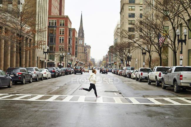 Atleta feminina, movimentando-se na rua da cidade de Boston — Fotografia de Stock
