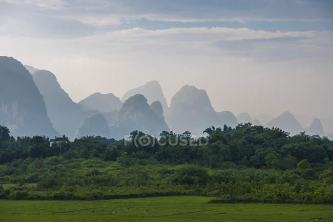 Montagne carsiche dietro il paesaggio di verde nella regione autonoma di Guangxi Zhuang — Foto stock
