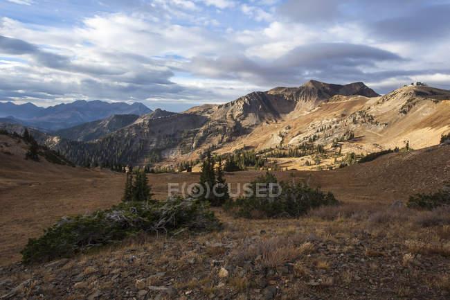 Mineral-Becken in Snowbird Resort ist im frühen Morgenlicht an einem klaren Herbsttag in den Wasatch Mountains getaucht. — Stockfoto