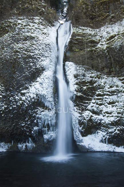 Eiskalte Wasser des Horestail Creek fließen über Horestail Wasserfälle im Winter, Columbia River Gorge National Scenic Area, Oregon — Stockfoto