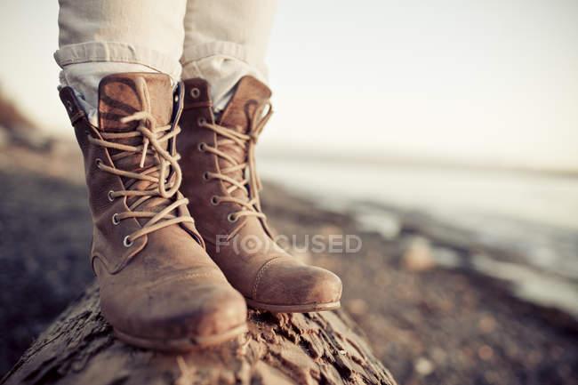 Cerca de botas de cuero de la mujer durante el viaje a la playa de White Rock, Columbia Británica, Canadá. - foto de stock