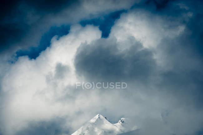 Сніжне хмара охоплює у верхній частині гірський пік в Канаді — стокове фото
