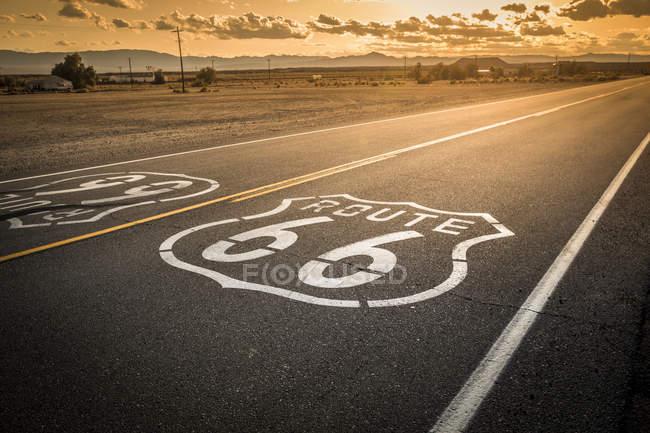 Itinéraire route 66 marqueur peinte sur la route historique — Photo de stock
