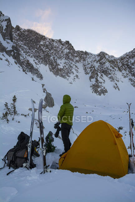Человек стоял шатер и глядя на горы, мало Коттонвуд Каньон, Юта — стоковое фото