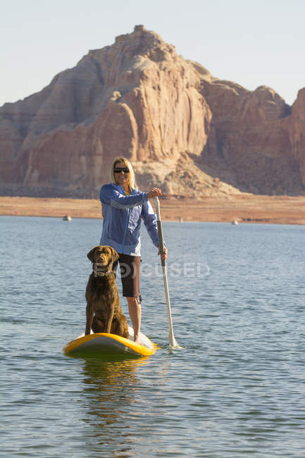 Una donna e suo paddleboarding cane Wahweap Marina, Glen Caynon National Recreation Area, Lake Powell, Page, Arizona. — Foto stock
