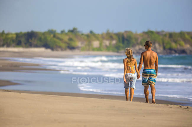 Couple are walking on the beach in Bali. Indonesia — Stock Photo
