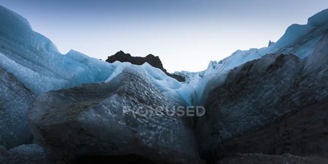Крупным планом вид окружающих скал льда на ледник Gigjokull, Сюдюрланд — стоковое фото