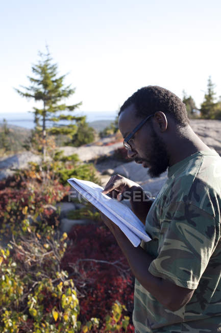 Seitenansicht des Mannes lesen Karte im Acadia National Park, Maine — Stockfoto