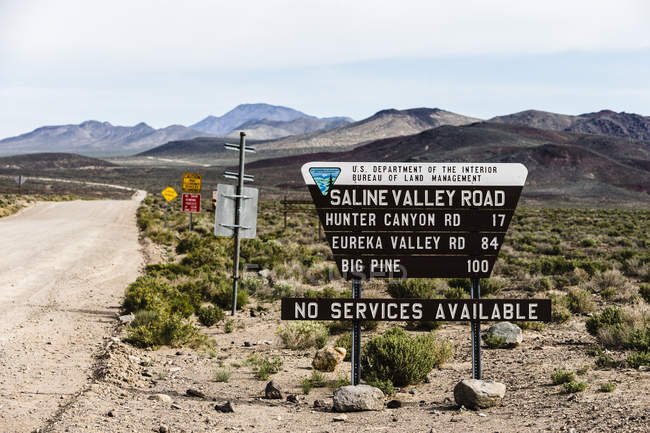 Signer la lecture Saline Valley Road, Death Valley, Californie, Usa — Photo de stock