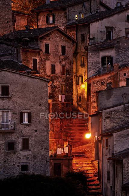 Scena urbana con architettura e street luce alla notte, Italia — Foto stock